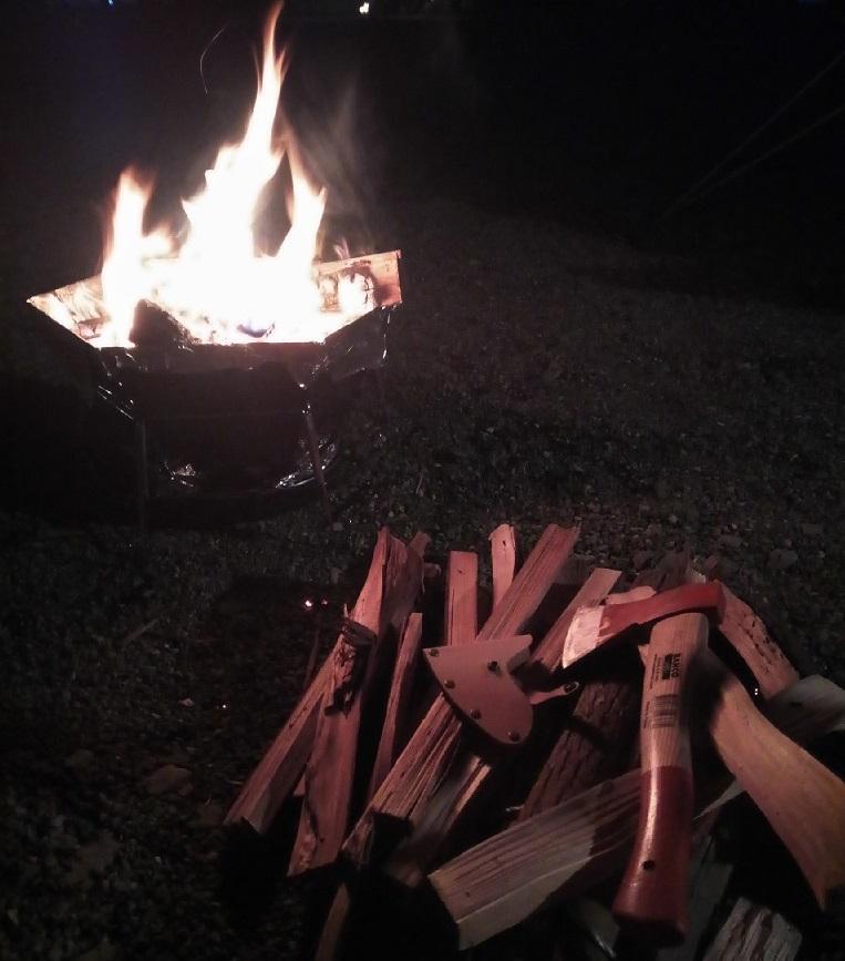 焚き火と薪と斧