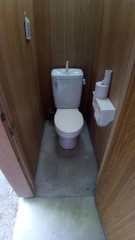 青柳浜キャンプ場 管理棟そば男性トイレ中②